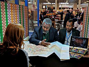 Samson von Ethiopia Origins Tours erklärt einer potentiellen Kundin die Vorzüge Äthiopiens