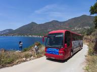 Blick auf die vulkanische Westküste der Halbinsel Methana und den Bus der Heilbäder Methanas