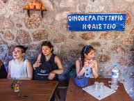 Nach der Führung mit Tobias Schorr gab es in der Taverne von Theodoros Joannou Getränke zur Erfrischung.
