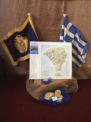 """Das Symbol der Gemeinde Methana, die topografische Karte der ETH-Zürich und die griechische Flagge gehörten zum """"Design"""" des Standes"""