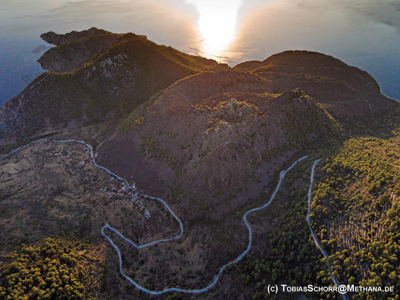 Luftbild vom historischen Vulkan in Kameni Chora. Juni 2016