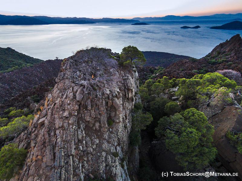 Einer der Gipfelfelsen des historischen Lavadoms von Kameni Chora