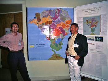 Dr. Lorenz Hurni & Dr. Volker Dietrich stellen die erste, geologische Methana-Karte im Konferenzzentrum Evgenidis in Athen aus.
