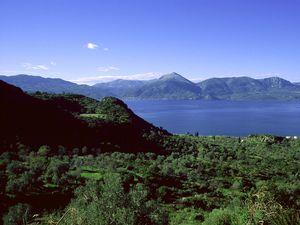Der Vulkan Malisa beim Dorf Vathy