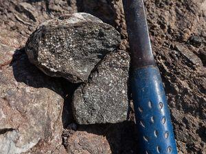 """Seltene, """"fossile"""" Kissenlava aus Nord-Methana"""