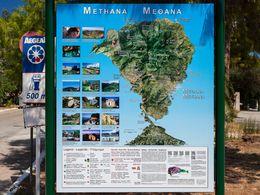 Die neue touristische Informationskarte von Tobias Schorr am Eingang zur Stadt Methana im September 2015