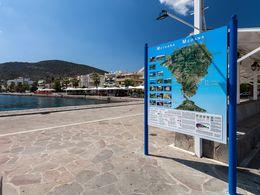 Die gleiche touristische Info-Karte am Hafen von Methana
