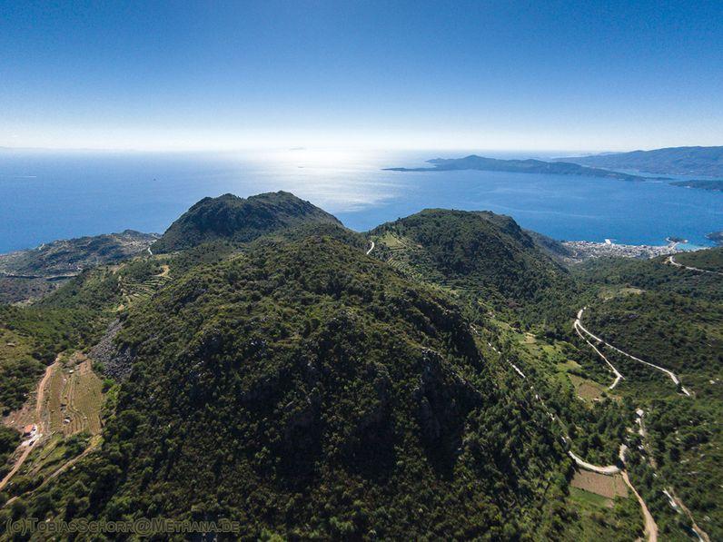 Blick auf die Vulkane im Zentrum der Halbinsel Methana (Luftbild von 2016)