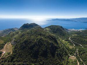 "Luftbild des Vulkans ""Mokrisa"" im Zentrum der Vulkanhalbinsel Methana"