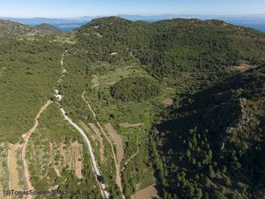 "Teil der viel älteren Kladera der Vulkanhalbinsel Methana, das Tal ""Stavrolongos"""