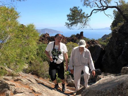 Tobias Schorr ist DER Kenner der Vulkanhalbinsel Methana und so machte er auch die Führung am 12 Juni zum historischen Vulkan beim Dorf Kameni Chora auf Methana.